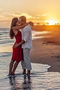 Fotos Sonnenaufgänge und Sonnenuntergänge Paare in der Liebe Mann Strand 2 Umarmt Küsst Romantisches date junge Frauen
