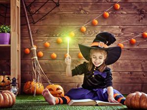 Hintergrundbilder Halloween Kürbisse Hexe Kleine Mädchen Der Hut Sitzt Buch Bretter Kinder