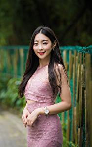 Bilder Asiatisches Lächeln Haar Hand Kleid Blick Mädchens