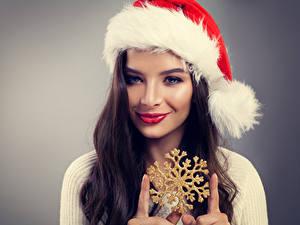 Hintergrundbilder Neujahr Finger Grauer Hintergrund Brünette Mütze Lächeln Schneeflocken Gesicht Mädchens