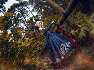 Bilder Asiatische Kleid Cosplay Schwert Blond Mädchen
