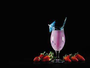 Hintergrundbilder Cocktail Erdbeeren Schwarzer Hintergrund Weinglas Regenschirm Lebensmittel