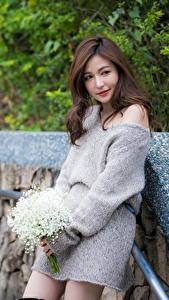 Bilder Blumensträuße Asiaten Braune Haare junge frau