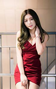 Fotos Asiaten Kleid Hand Haar Starren junge frau