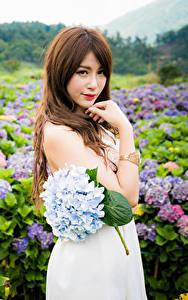 Fotos Asiatische Sträuße Posiert Kleid Hand Braune Haare Starren junge Frauen