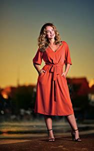 Desktop hintergrundbilder Abend Posiert Kleid Lächeln Frisur Selina junge frau