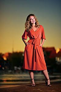 Hintergrundbilder Abend Posiert Kleid Lächeln Frisur Selina junge frau