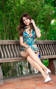 Hintergrundbilder Asiatische Braunhaarige Bank (Möbel) Sitzend Bein Kleid Blick Schöne junge frau