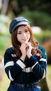 Bilder Asiatisches Bokeh Braune Haare Baseballmütze Hand Lächeln Blick Niedlich junge frau