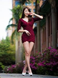Hintergrundbilder Asiatische Unscharfer Hintergrund Braunhaarige Posiert Kleid Bein
