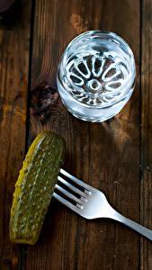 Hintergrundbilder Wodka Gurke Bretter Dubbeglas Essgabel das Essen