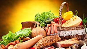 Hintergrundbilder Wiener Würstchen Wurst Käse Schinken Gemüse Paprika Tomaten Gurke Weidenkorb das Essen