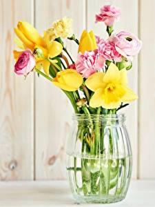 Fotos Sträuße Narzissen Nelken Tulpen Hahnenfuß Vase Blumen