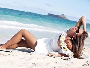 Hintergrundbilder Strand Braunhaarige Brille Kleid Bein