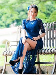 Fotos Asiatisches Bokeh Bank (Möbel) Braune Haare Kleid Sitzt Hand Bein High Heels junge Frauen