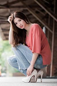 Fotos Asiatische Bokeh Braune Haare Sitzend Hand Bein High Heels Jeans