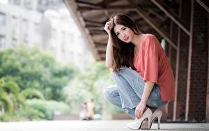 Fotos Asiatische Bokeh Braune Haare Sitzend Hand Bein High Heels Jeans junge frau