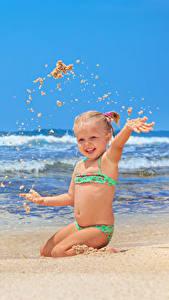 Bilder Wasserwelle Strand Kleine Mädchen Sand Glücklicher kind