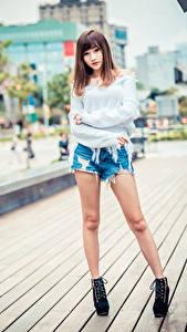 Hintergrundbilder Asiaten Posiert Bein Shorts Sweatshirt Starren Unscharfer Hintergrund junge frau