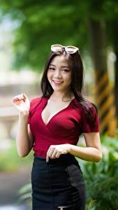 Sfondi desktop Asiatico Sfondo sfocato Bruna ragazza Sguardo Sorriso Occhiali Braccia ragazza