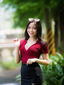Fotos Asiatisches Unscharfer Hintergrund Brünette Blick Lächeln Brille Hand junge frau