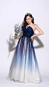 Hintergrundbilder Blumensträuße Asiaten Posiert Kleid Braune Haare Starren junge frau