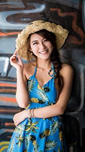 Hintergrundbilder Graffiti Asiaten Wand Der Hut Braunhaarige Starren Lächeln Hand