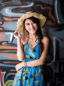Hintergrundbilder Graffiti Asiaten Wand Der Hut Braunhaarige Starren Lächeln Hand junge frau
