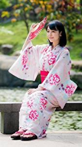 Fotos Asiaten Bokeh Brünette Kimono Fächer Sitzend junge Frauen