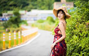 Fotos Asiatische Kleid Der Hut Blick Unscharfer Hintergrund junge frau