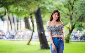 Hintergrundbilder Asiaten Posiert Lächeln Jeans Bluse Starren Unscharfer Hintergrund Mädchens