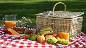 Hintergrundbilder Fruchtsaft Weintraube Äpfel Käse Brot Bananen Birnen Picknick Weidenkorb Trinkglas Kanne Lebensmittel