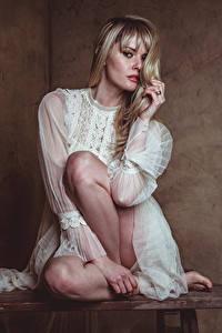 Fotos Carla Monaco Blond Mädchen Sitzen Bein Kleid Blick
