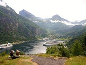 Bilder Schiffe Kreuzfahrtschiff Gebirge Norwegen Bank (Möbel) Gras Sitzend Geirangen, Fjord Natur