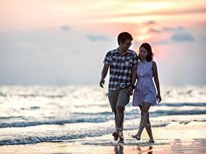 Fotos Paare in der Liebe Asiatische Mann Meer Strand Spaziergang 2 Brille Wasser spritzt Romantisches date junge frau