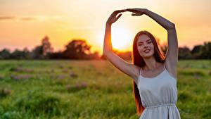 Bilder Sonnenaufgänge und Sonnenuntergänge Bokeh Hand Braune Haare Lächeln Posiert Mädchens