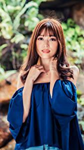 Hintergrundbilder Asiatische Braunhaarige Starren Unscharfer Hintergrund junge Frauen