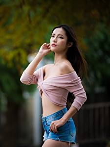 Fotos Asiatische Bokeh Shorts Hand Pose junge Frauen