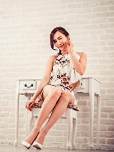 Desktop hintergrundbilder Asiatisches Sitzen Bein High Heels Starren junge Frauen