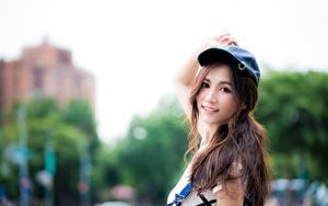 Hintergrundbilder Asiatisches Bokeh Braune Haare Baseballmütze Blick Lächeln junge Frauen