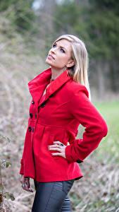 Fotos Blondine Mantel Rot Blick Jani Mädchens