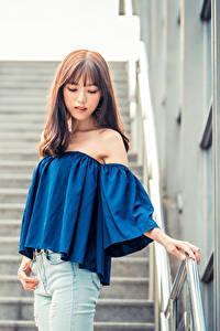 Desktop hintergrundbilder Asiatisches Stiege Posiert Bluse Jeans Bokeh Mädchens