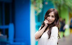 Bilder Asiaten Unscharfer Hintergrund Braune Haare Starren Lächeln Hand junge frau