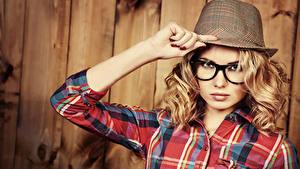 Bilder Bretter Blond Mädchen Der Hut Brille Hand Blick Mädchens