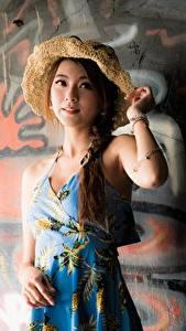 Hintergrundbilder Graffiti Asiatisches Wände Kleid Zopf Der Hut Posiert junge frau