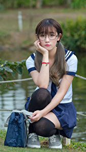 Hintergrundbilder Asiatische Golf Brille Sitzen Schulmädchen Schöne Süß Mädchens