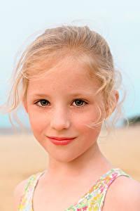 Bilder Kleine Mädchen Starren Gesicht Süßes Hübsch Dunkelbraun Isabella Kinder