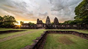 デスクトップの壁紙、、タイ王国、公園、朝焼けと日没、廃墟、芝、Phimai Historical Park、自然