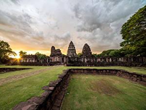 Bilder Thailand Parks Sonnenaufgänge und Sonnenuntergänge Ruinen Rasen Phimai Historical Park Natur