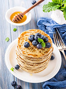 Fotos Eierkuchen Heidelbeeren Honig Bretter Teller Essgabel Lebensmittel